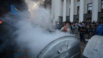 Участники митинга в поддержку принятия законопроекта о люстрации органов госвласти подожгли мусорные баки около здания Верховной рады