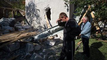 Жители Донецка у своего дома, разрушенного после обстрела. Украина, 7 октября 2014