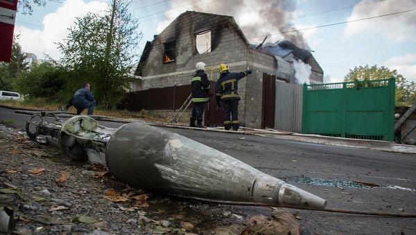 Фрагмент ракеты вблизи разрушенного обстрелом дома в Донецке. Украина, 5 октября 2014 года
