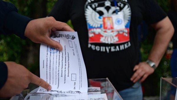 Житель Донбасса голосует на референдуме. Архивное фото