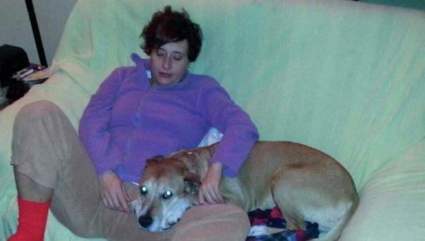 Испанская медсестра Мария Тереса Ромеро, заболевшая лихорадкой Эбола со своей собакой по кличке Excalibur