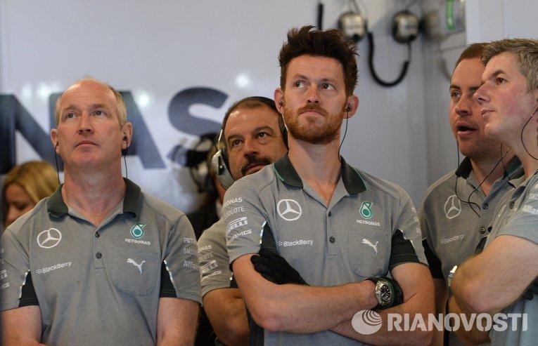Механики команды Мерседес наблюдают за заездами на российском этапе Формулы-1