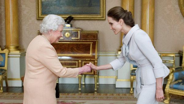 Елизавета II присвоила актрисе Анжелине Джоли титул дамы. Букингемский дворец, Англия. 10 октября 2014