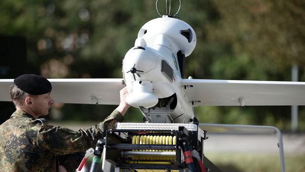 Солдат бундесвера осматривает беспилотный летательный аппарат. Архивное фото