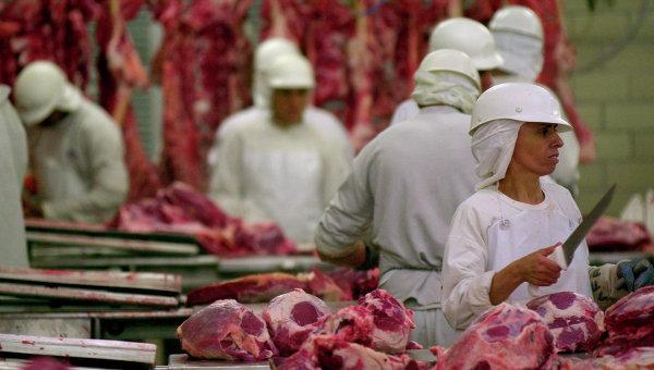 Рабочие на мясокомбинате. Архивное фото