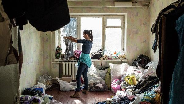 Мария Кузьминская, волонтер, сортирует вещи из гуманитарной помощи. Архивное фото