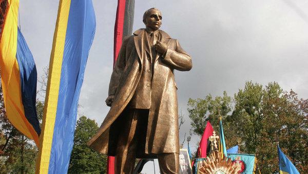 ВЧеркассах осквернили монумент Бандере иШухевичу
