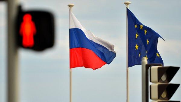 Флаги России, ЕС, Франции и герб Ниццы на набережной Ниццы, Архивное фото