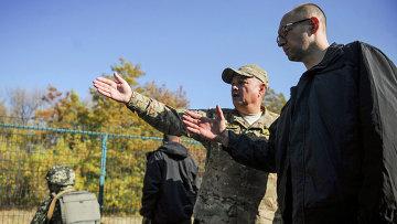 Украинский премьер-министр Арсений Яценюк инспектирует возведение Стены в Харьковской области. 15 октября 2014