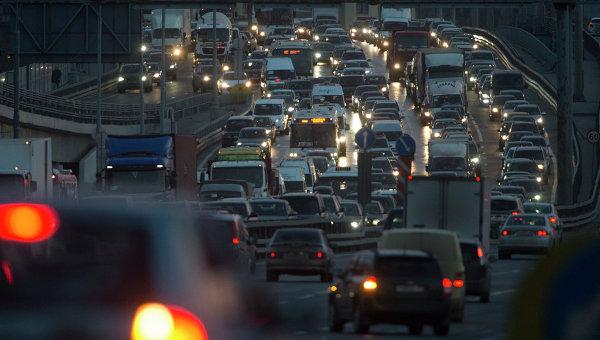 Автомобильное движение на МКАДе. Архивное фото