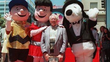 Художник-карикатурист Чарльз Шульц во время закладки своей звезды на Аллее славы в Голливуде