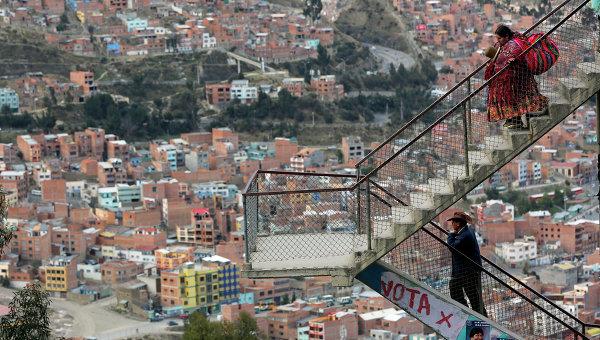 Мужчина и женщина на лестнице в Ла Паз, Боливия. Архивное фото