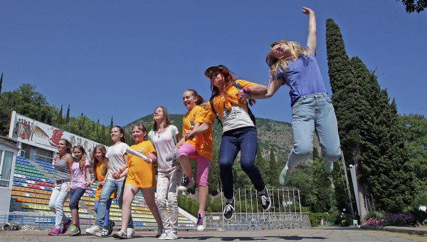 Дети, приехавшие из Москвы, в международном детском центре Артек. Архивное фото
