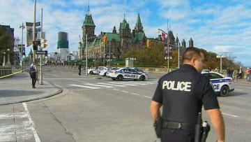 Полицейские оцепили здание парламента в Оттаве, где прозвучали выстрелы