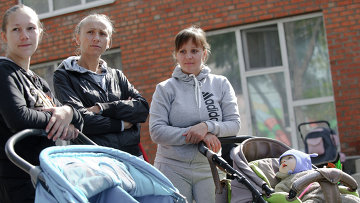 Женщины с детьми в лагере беженцев из юго-восточных областей Украины в поселке Красный десант Ростовской области. Архивное фото