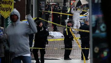 Житель Нью-Йорка напал на полицейских с топором