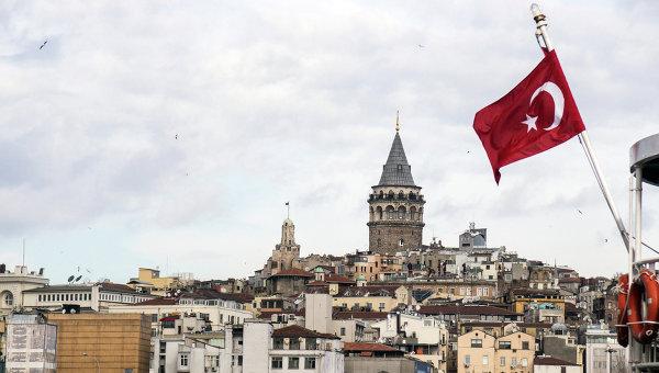 Флаг Турции на фоне Стамбула. Архивное фото