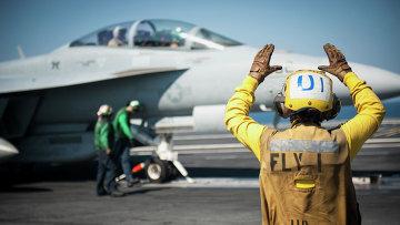 Американский самолет готовится к боевому вылету. Архивное фото.