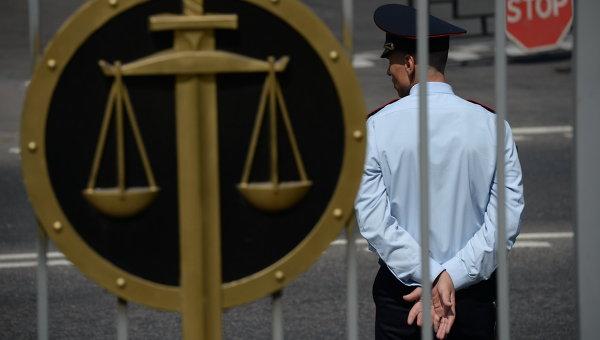 Сотрудник полиции у здания Мосгорсуда. Архивное фото