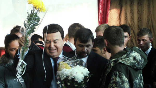 Певец Иосиф Кобзон во время посещения школы №8 в Макеевке