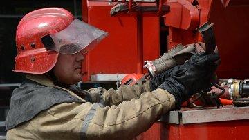 Пожарный работает на месте происшествия. Архивное фото