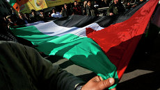Палестинцы с национальным флагом. Архивное фото