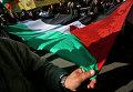 Палестинцы с национальным флагом на улице Газы
