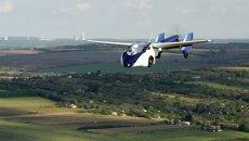 Летающий автомобиль AeroMobil 3.0 во время тестового полета в Словакии