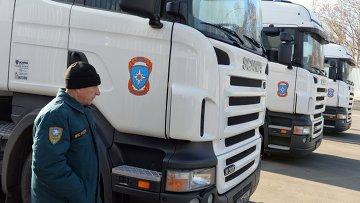 Грузовые автомобили с российской гуманитарной помощью в Донецке