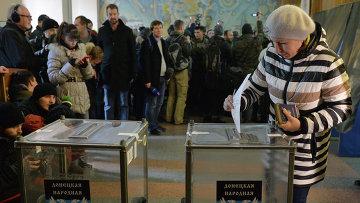 Жительница Донецка голосует на выборах главы ДНР и депутатов Народного Совета республики. Арихивное фото