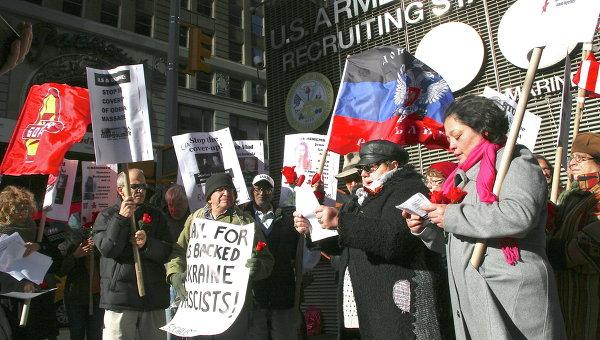 Участники акции в память о погибших в Одессе 2 мая на площади Таймс-сквер в Нью-Йорке