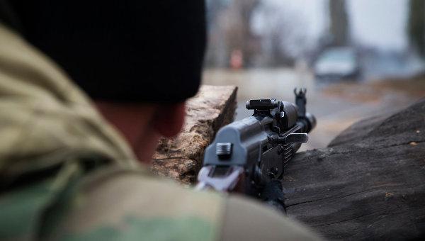 Боец ДНР во время боевого дежурства на одном из КПП Донецка. Архивное фото