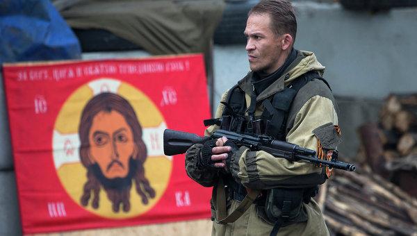 Боец ДНР на КПП в Донецке. Архивное фото