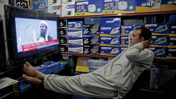 Житель Афганистана смотрит телевизор в магазине электроники. Кабул. Афганистан. Архивное фото