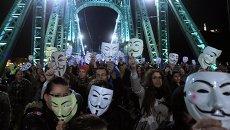 Участники марша миллионов масок в Будапеште, Венгрия