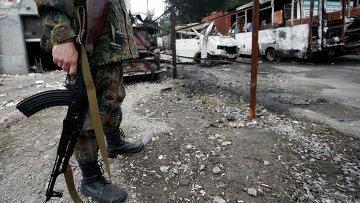 Вооруженный солдат на дороге в Донецке после обстрела. Архивное фото