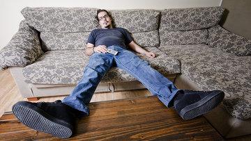 Мужчина отдыхает на диване. Архивное фото