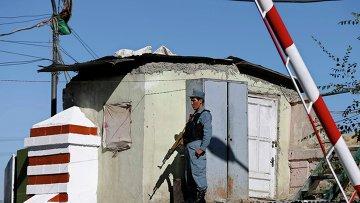 Полицейский около здания полиции в Кабуле, где прогремел взрыв