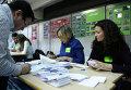 Подсчет голосов неформального опроса о статусе Каталонии на избирательном участке в Барселоне