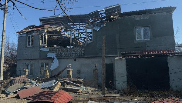 Разрушения в Донецке в результате артиллерийского обстрела украинскими силовиками. Архивное фото