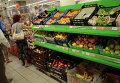 Прилавок с овощами и фруктами в одном из супермаркетов Москвы