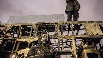 Сторонники евроинтеграции Украины на крыше выгоревшей техники в Киеве. Архивное фото