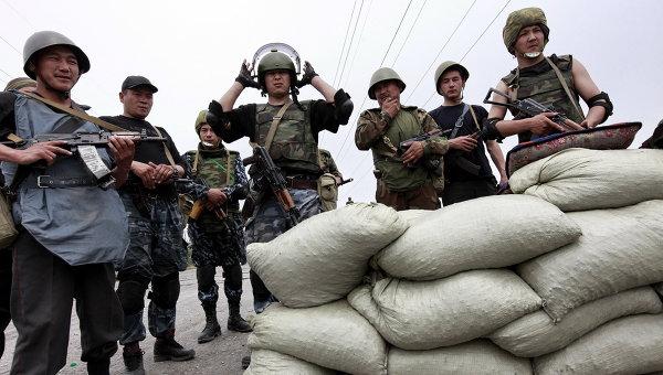 Военнослужащие на блокпосту на киргизский-узбекской границе. Архивное фото