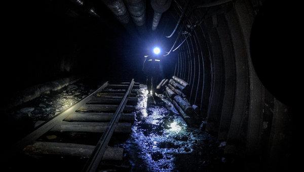 Шахтер на шахте Глубокая в Шахтерске. Архивное фото
