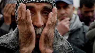 Курды во время молитвы по убитым бойцам. Архивное фото