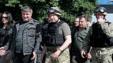 Арсен Аваков (слева) и Александр Турчинов на позициях украинских военных. Архивное фоо