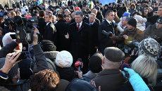 Президент Украины Петр Порошенко общается с киевлянами после возложения цветов к кресту Небесной сотни в годовщину начала событий на киевском Майдане. Архивное фото