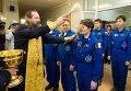 Священнослужитель благословляет астронавта ЕКА Саманту Кристофоретти