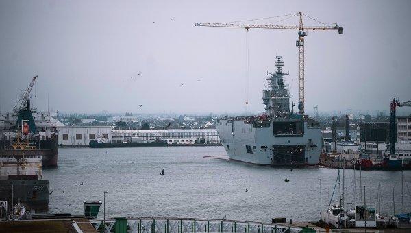 Десантный вертолетоносный корабль-док Севастополь типа Мистраль. Архивное фото