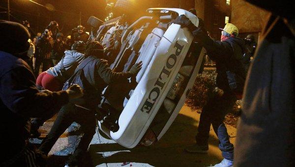 Протестующие перевернули полицейский автомобиль в Фергюсоне. Архивное фото